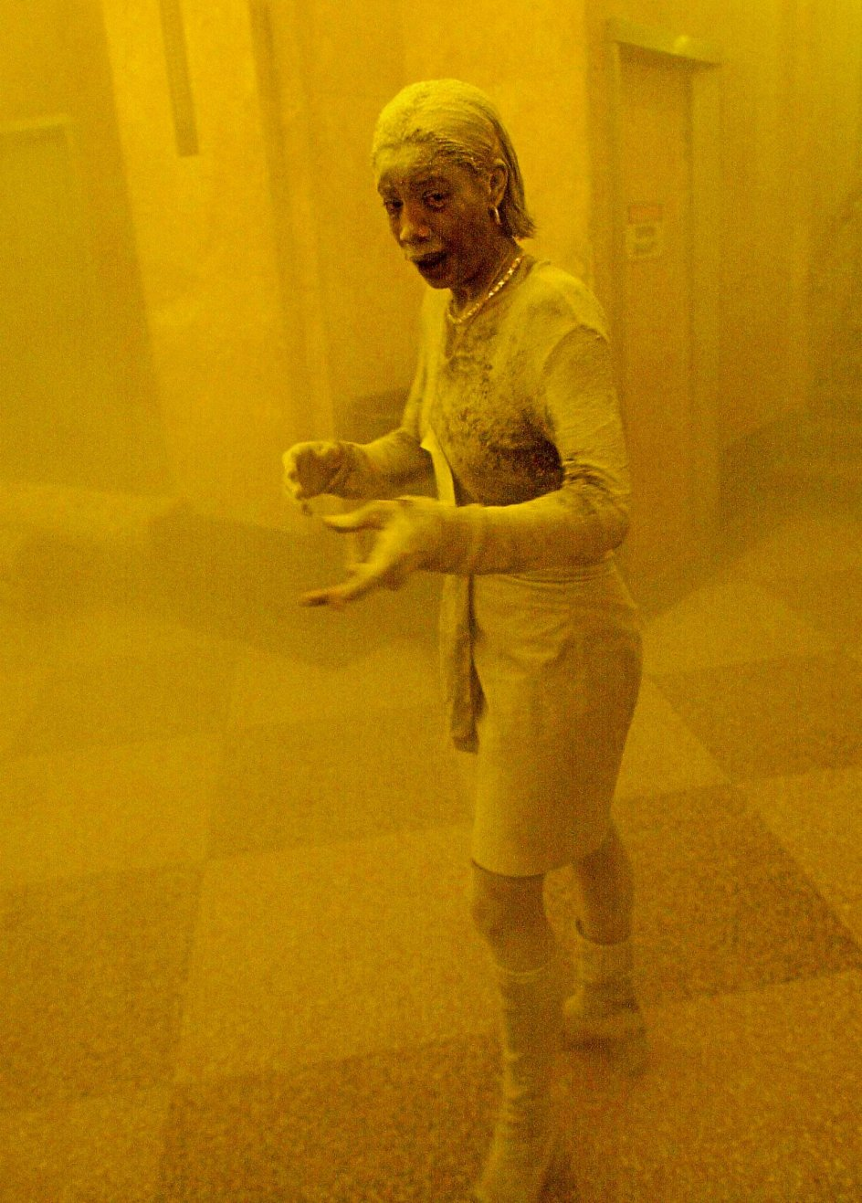 2Den 28-årige Marcy Borders arbejdede som juridisk assistent i Bank of America på 81. etage af World Trade Center, da terrorangrebet ramte. Det lykkedes hende at slippe levende ud af bygningen, og på grund af det foto, der blev taget af hende, blev hun i medierne kendt som The Dust Lady (støvkvinden). Mange år senere fik hun mavekræft og havde selv den overbevisning, at kræften var en følge af det giftige støv, hun havde indåndet den 11. september 2001. Hun døde i 2015.