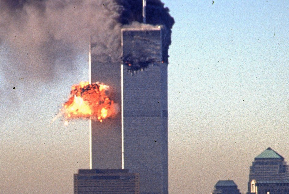 0Med to kaprede passagerfly som våben angreb terrorgruppen al-Qaeda de to skyskrabere World Trade Center, der stod som et symbol på USA's økonomiske magt i verden. Her ses den voldsomme brand, som blev udløst ved det første flys sammenstød med den ene bygning tirsdag morgen klokken 8.46. — Foto: Seth Mcallister/AFP/Ritzau Scanpix.