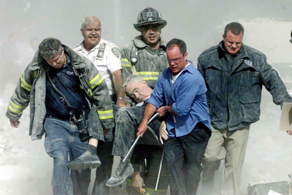 """en katolske præst Mychal Judge var tilknyttet New Yorks brandvæsen og rykkede efter den første bygnings kollaps ud for at bede for ofrene og tilbyde dem den sidste olie. Ved den anden bygnings kollaps blev han selv ramt af et faldende murstykke og dødeligt kvæstet. Brandfolk fik hjulpet ham væk, men hans liv stod ikke til at redde. Da han var det første dødsoffer, man kendte identiteten på, fik Judge betegnelsen """"offer 0001"""". I alt 2977 dødsofre blev registreret ved terrorangrebet. Omkring 25.000 personer blev såret."""