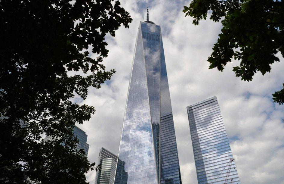 0I dag står One World Trade Center eller Freedom Tower på den grund, hvor World Trade Center stod fra 1973 og frem til den 11. september 2001, og som i årene herefter gik under betegenlsen Ground Zero. Der var mange skiftende planer for grundens fremtid, inden byggeriet blev sat i gang i 2006. Den første lejer kunne i 2014 flytte ind i den 541 meter høje bygning, der er den fjerdehøjeste i verden. — Foto: Angela Weiss/AFP/Ritzau Scanpix.