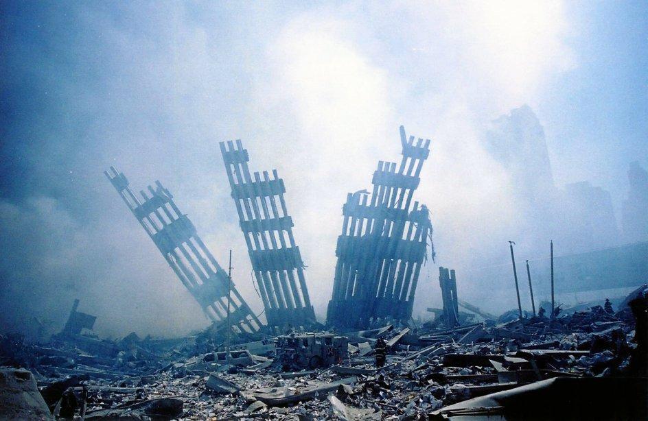 Ødelæggelsen af World Trade Center var total og nærmest skulpturel. Hyllet ind i støvtåger i en gold stenørken af murbrokker stod skæve rester af ydermurene tilbage. —