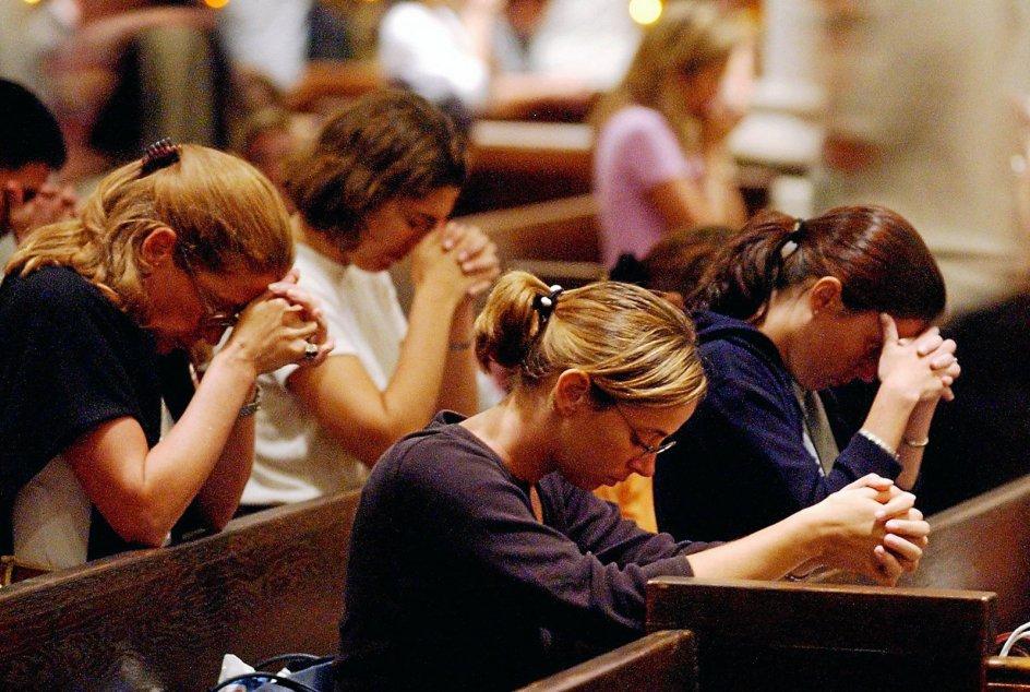 Bedende mennesker i St. Patricks Cathedral i New York dagen efter katastrofen, onsdag den 12. september 2001. Et år efter katastrofen gav 61 procent af New Yorks indbyggere udtryk for, at terrorangrebet havde forandret deres liv. Vrede, frygt og bekymring var følelser, mange gav udtryk for.— Foto: Jeff Kowalsky/AFP/Ritzau Scanpix.