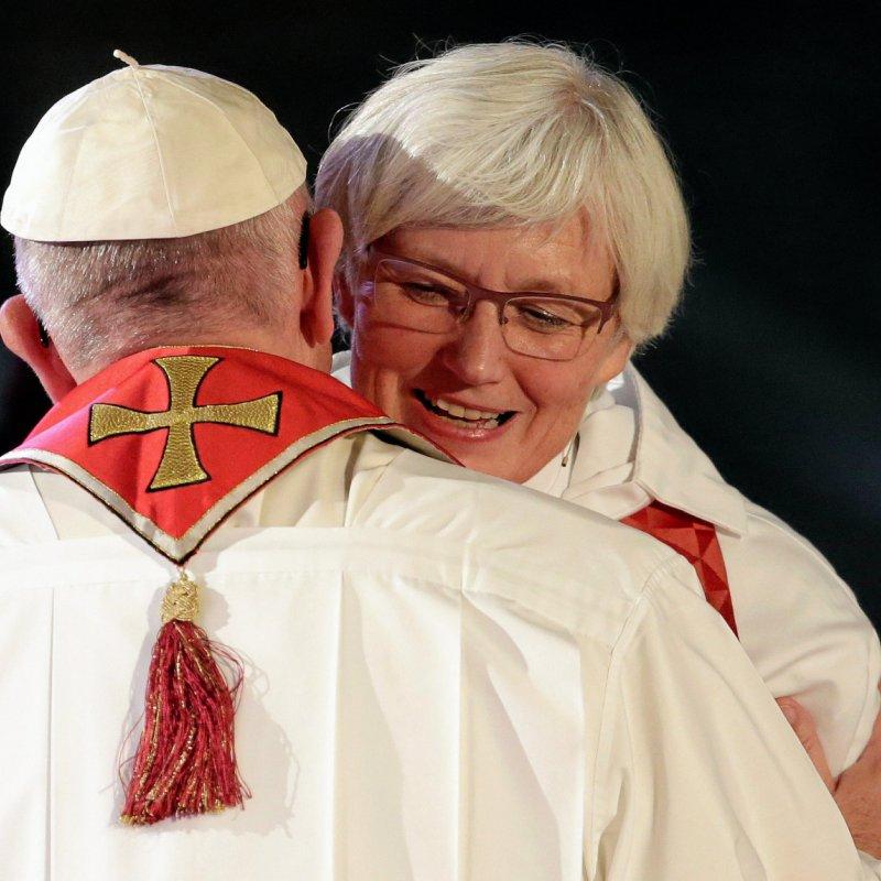 Det var et stort øjeblik for de luthersk-katolske relationner, da pave Frans deltog i markeringen af Reformationens 500 år i 2016 i Lund, Sverige. Her omfavnner han den lutherske ærkebiskop Antje Jackelen under en økumenisk gudstjeneste.