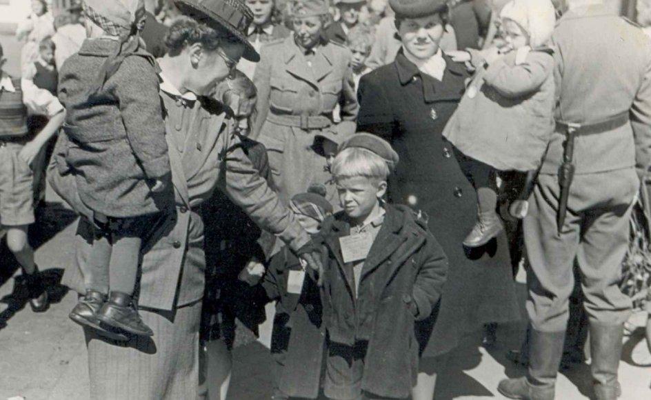 Finske krigsbørn ankommer til Kolding 21. maj 1943. Drengen i midten er Antero, Tapios fire år ældre bror. Tapio selv er her to år. Han skimtes med tophue bag broderen. Antero blev senere hentet hjem til sin mor i Finland, mens Tapio blev i Danmark. Tapio Juhl ved ikke præcis hvorfor. Som voksen vendte Antero tilbage til Danmark og de to brødre blev genforenet.