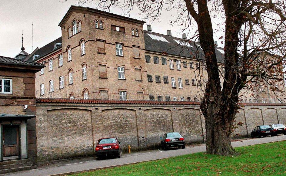 """Det tidligere fængsel Horsens Statsfængsel, der i dag er museum, var gennem 30 år hjem for Carl og Ingeborg Lomholt, der arbejede som henholdsvist præst og organist ved fængslet. Livet der er temaet for bogen """"Det er jo mennesker – skæbner fra fængslet"""". –"""