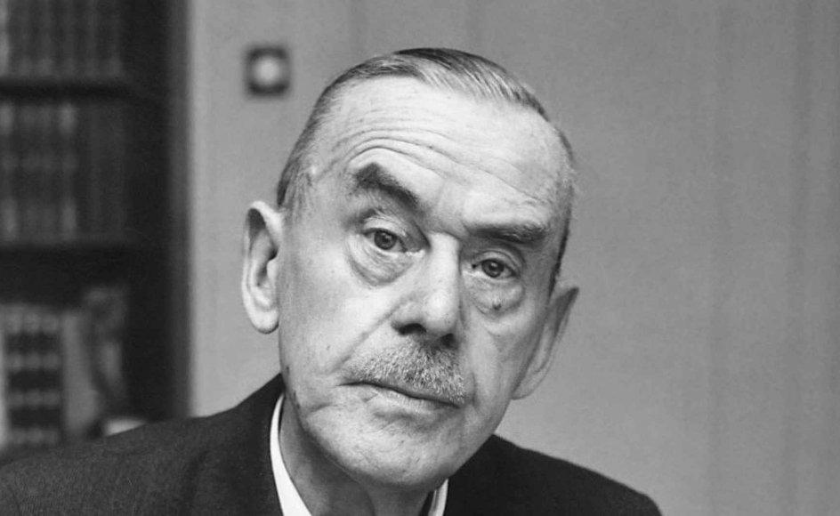 Thomas Mann levede i årene 1875 til 1955 og modtog Nobelprisen i litteratur i 1929. På flugt fra nazismen slog han sig ned i USA i 1940, hvor han blev professor ved Princeton-universitetet.