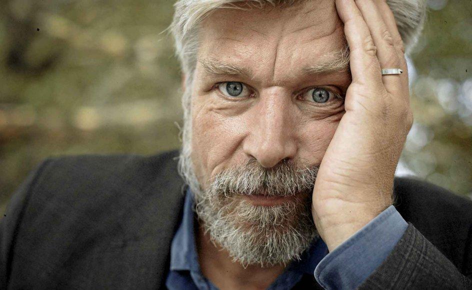 """Den norske forfatter Karl Ove Knausgård er den, der fylder mest i Poul Behrendts """"Fra skyggerne af det vi ved"""". –"""