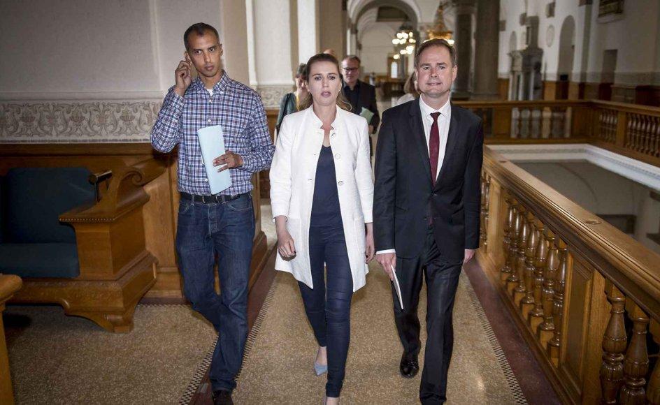 Udlændinge- og intergrationsminister Mattias Tesfaye (S), statsminister Mette Frederiksen  (S) og finansminister Nicolai Wammen (S) har sammen med deres parti en svær kamp om udlædingepolitikken, hvor de står splittet mellem linjen under VLAK-regeringen og de nuværende støttepartier.