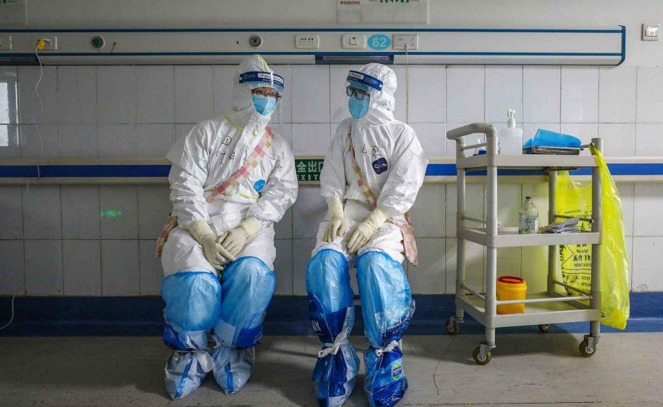 Den store risiko for at blive smittet på hospitalerne betyder, at sundhedspersonalt arbejder under et ekstremt pres.