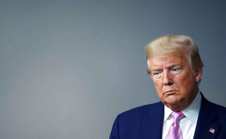"""Efter at have brugt det meste af marts måned på at bagatellisere truslen fra covid-19 har Donald Trump dramatisk ændret kurs. Amerikanerne, siger han nu, skal berede sig på nogle """"meget, meget smertefulde"""" uger forude."""