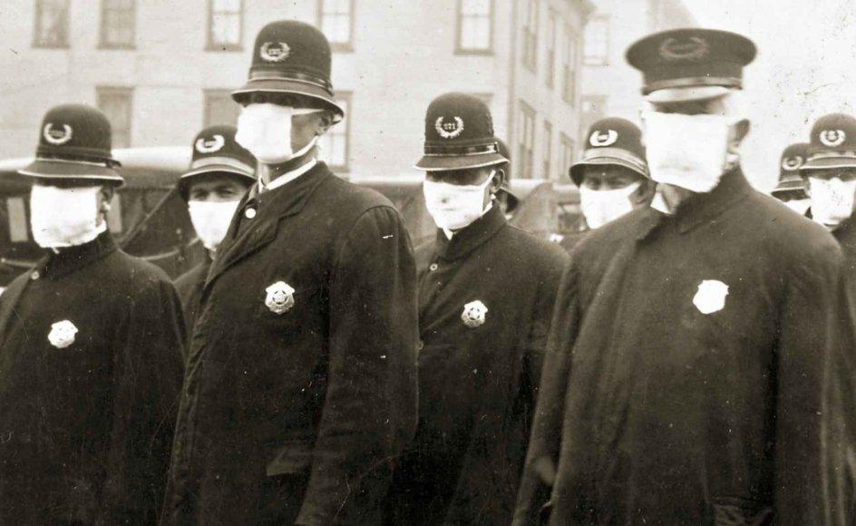 Under den spanske syge benyttede politiet i Seattle, USA, masker for at undgå smitte.