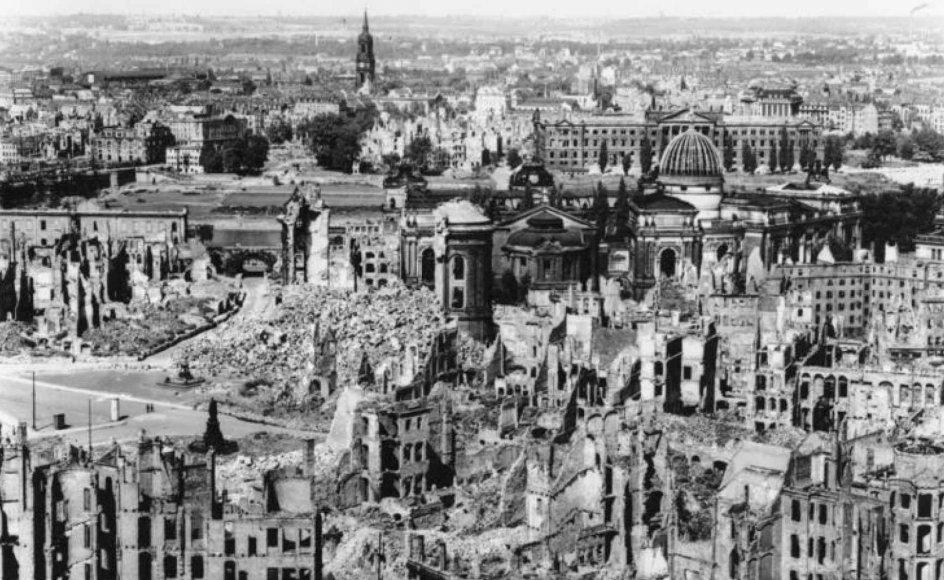 Mere end 90 procent af den tyske by Dresden blev ødelagt under kraftige luftbombardementer. Danmark kunne have lidt samme skæbne, mener historikere, idet et stort hold bombefly på grund af dårligt vejr vente om fra togtet mod Danmark.