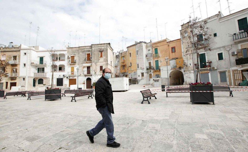 Mere end 14.000 mennesker i Italien har indtil videre mistet livet som følge af coronavirus. Billede fra Bari i Italien.