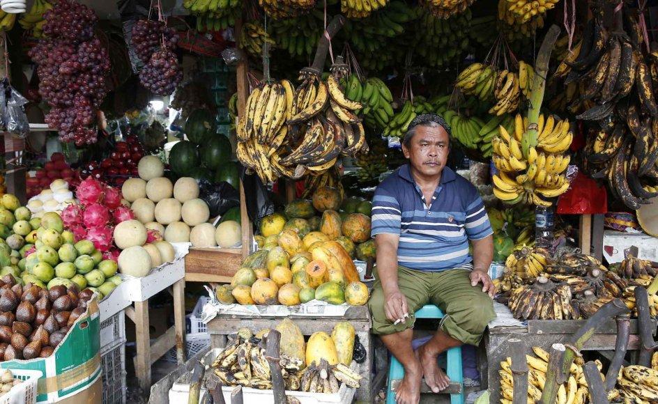Næsten to tredjedele af verdens samlede arbejdsstyrke arbejder uformelt, altså uden at være reguleret af love og regler. Det gør dem særligt sårbare, hvis de skulle miste deres indtjeningskilde. Arkivfoto fra Indonesien.