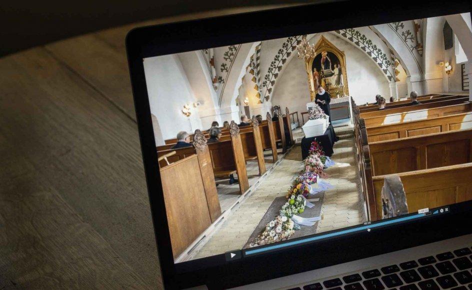 """Kirstine Helboe Johansen, lektor ved Aarhus Universitet og del af forskningsprojektet 'Død, minde og religion', har også hørt om online bisættelser. """"Med coronasituationen har danskerne taget et hop i forhold til de digitale kommunikationerformer, og de er begyndt at se dem som mere end noget, der bare er til underholdning. Jeg kan ikke se, hvorfor den læring ikke skulle passe ind i de kirkelige ritualer, her især begravelsen, som arrangeres med kort varsel,"""" siger hun."""