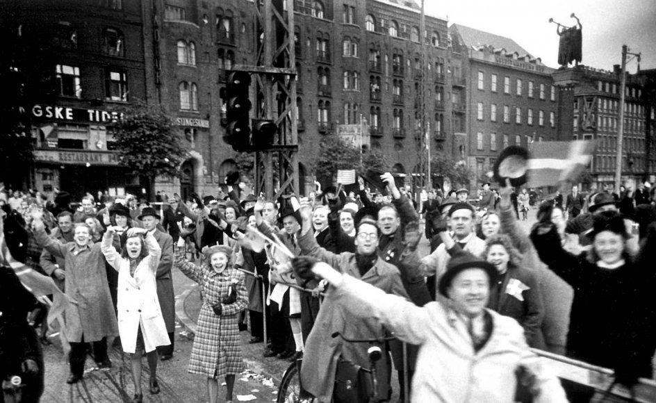 Den udsatte åbning af Frihedsmuseet er bare et eksempel på, hvordan 2020 ikke bliver det jubilæumsår for Befrielsen, som mange havde håbet på. På grund af coronakrisen er arrangementer over hele landet blevet aflyst eller udskudt, og danskerne må fejre friheden i en tid med forsamlings- og opholdsforbud. På billedet er det glade danskere på Rådhuspladsen i København.