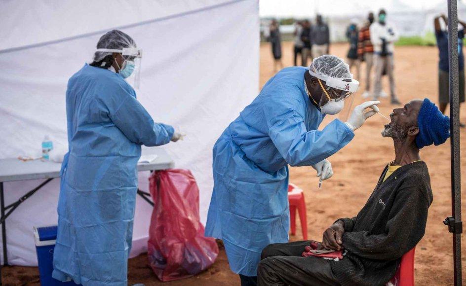 """""""I takt med at covid-19 begynder at påvirke fattige og skrøbelige lande, vil det forhåbentlig også stå mere klart end nogensinde, hvor vigtigt globalt samarbejde er,"""" siger Laura Kyrke-Smith, direktør i den britiske afdeling af den humanitære hjælpeorganisation International Rescue Committee, IRC"""