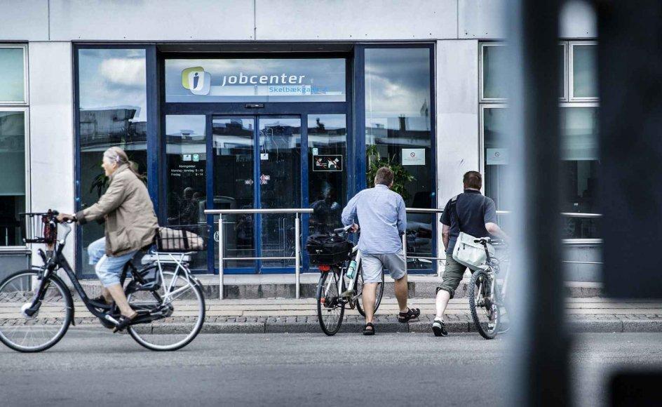 Danmark oplever i disse uger en større og hurtigere stigning i ledigheden end under finanskrisen i 2008 og under de to oliekriser i 1970'erne. Før krisen var cirka 100.000 danskere ledige, men siden begyndelsen af marts er 50.000 nye ledige kommet til. Dertil kommer, at 150.000 danskere er sendt hjem med løntilskud via regeringens særlige hjælpepakker.