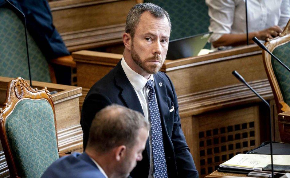 Venstre regner sig selv for Danmarks mest EU-venlige parti, og partiformand Jakob Ellemann-Jensen tager gladeligt de blå EU-sokker på til Folketingets afslutningsdebat - alligevel har partiet afvist at give mandat til regeringens forhandlinger i EU.