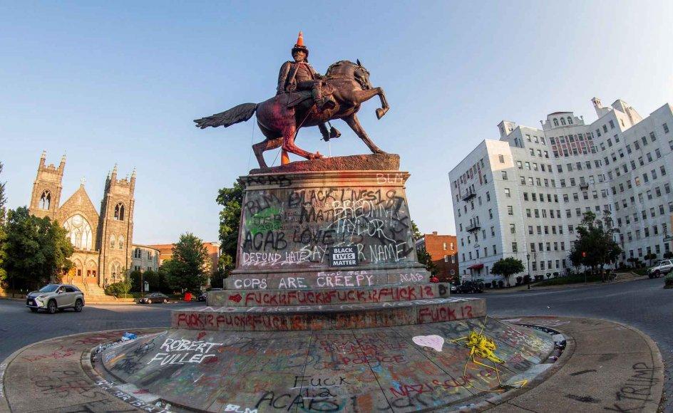 Statuen af sydstatsgeneralen J.E.B. Stuart i Richmond, USA, blev vandaliseret med ny hat og slogans fra protestbevægelsen.