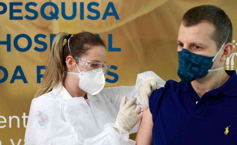 Der testes lige nu potentielle vacciner mod covid-19 flere steder i verden. Her testes en vaccine på en frivillig forsøgsperson i Brasilien.