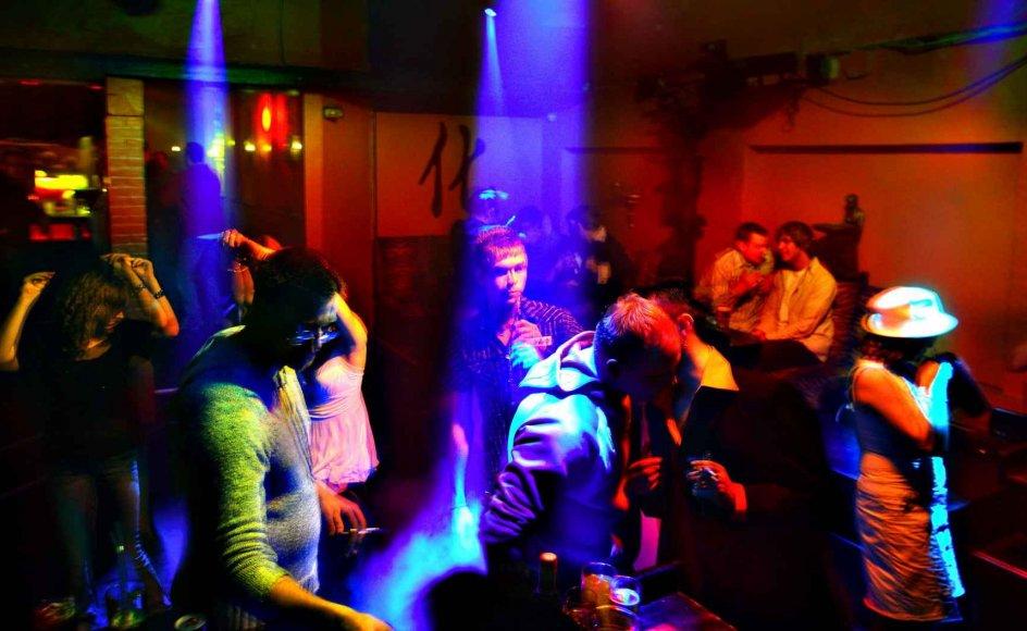 Regeringen har blandt andet meldt ud, at barer og restauranter fra denne uge vil kunne holde åbent to timer længere end hidtil, nemlig til klokken to om natten. Det undrer Allan Randrup Thomsen, professor i virologi ved Københavns Universitet. Foto: Søren Bidstrup/Ritzau ScanpixSøren Bidstrup/Ritzau Scanpix