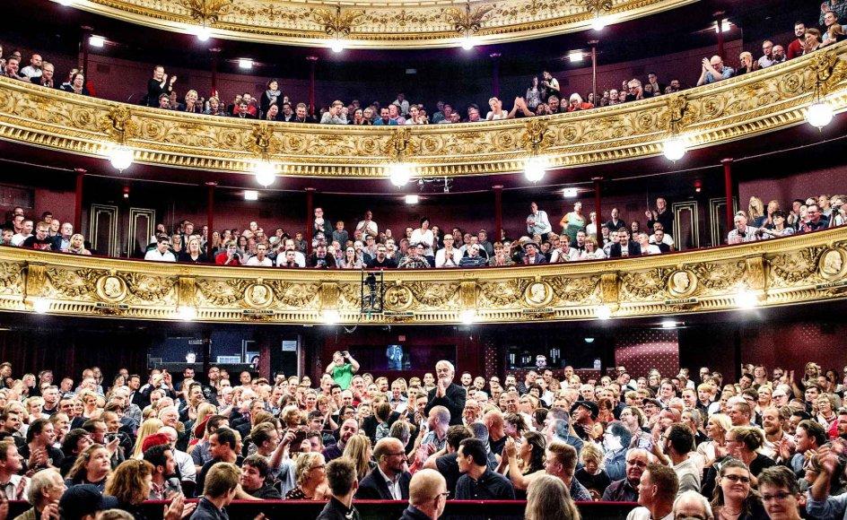 """""""Teater kan være underholdende, men det er også ofte udfordrende. Det kan sammenlignes med at deltage i en politisk debat. Det handler om at være parat, interesseret og nysgerrig i omverdenen,"""" siger lektor i teatervidenskab"""