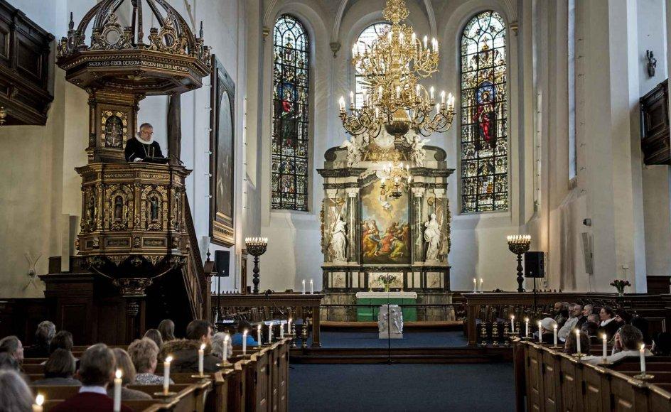 """""""Kirken spiller stadig en vigtig rolle i stemningsopbygningen i julen, og den er med til at vise, at den ikke bare er en forbrugsfest, men faktisk handler om noget større. Så for befolkningen kan det blive endnu en ting, coronakrisen tager fra dem,"""" siger lektor i praktisk teologi på Aarhus Universitet. Arkivbillede fra Helligåndskirken i København."""