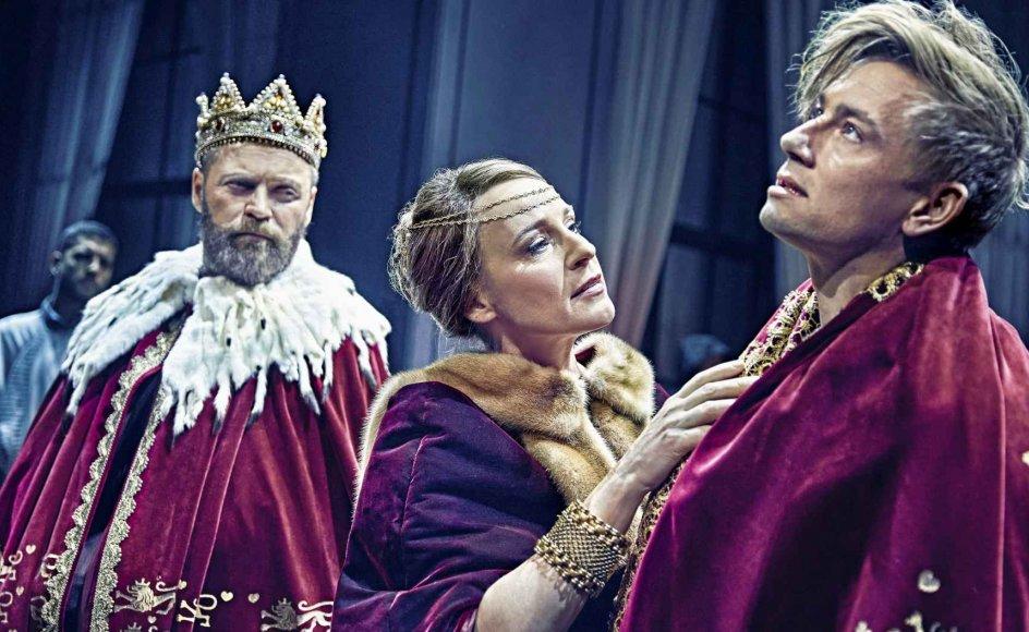 Esben Smed (th.) spiller i rollen som Hamlet over for Iben Hjejle, der spiller Hamlets mor, Gertrud, og Jacob Lohmann, der spiller Claudius. – Foto: Emilia Therese/Det Kongelige Teater.