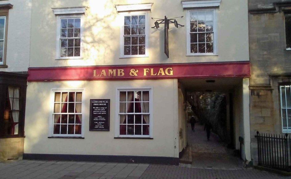 Facaden til pubben Lamb and Flag i Oxford med dens hyggelige sidegyde, hvor avisens udsendte kommer i tvivl om, hvorvidt han bor i en roman. – Privatfoto.