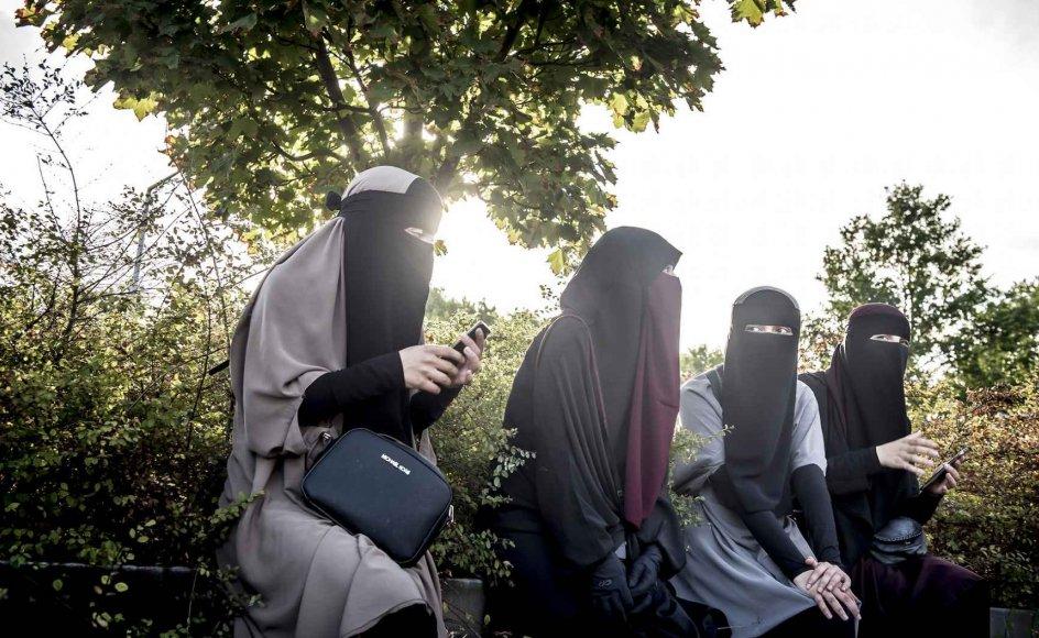 """Maskeringsforbuddet – også kendt som burkaforbuddet – har fået Danmark i den næstværste kategori """"høj grad af statslige restriktioner af religion"""" som det eneste land defineret som et fungerende demokrati."""