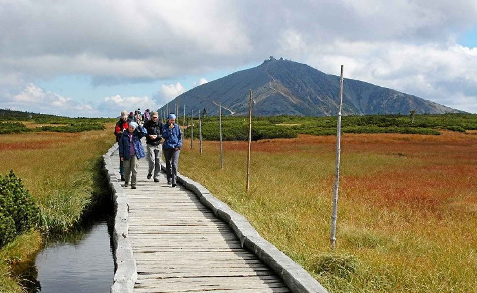 I disse naturskønne områder i Sudeterbjergene skal deltagerne vandre på stier af god kvalitet. Størstedelen af nationalparken ligger over trægrænsen med store vidder, smukke tundraområder, grønne græsgange, moser, højfjeldsfauna og bløde bjerge.