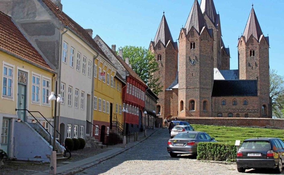 Kalundborgs gamle bydel er domineret af Vor Frue Kirke, og alle gamle stræder fører op til kirken.