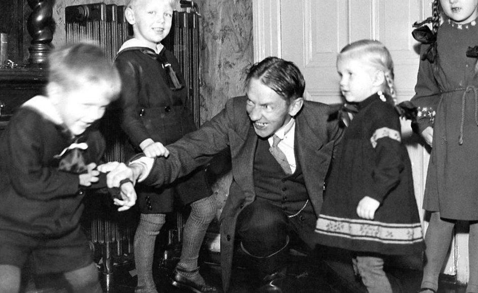 Kaj Munk leger med børnene Yrsa, Solveig, Arne, Mogens og Helge i Vedersø Præstegård.