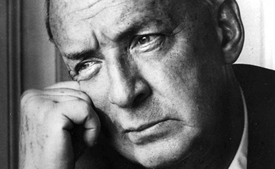 """Nabokov har også bud til nutidens litteraturdebat. Forfattere, således Nabokov, kan godt på poserende vis lide at spekulere over deres samfundsmæssige """"forpligtelser""""."""