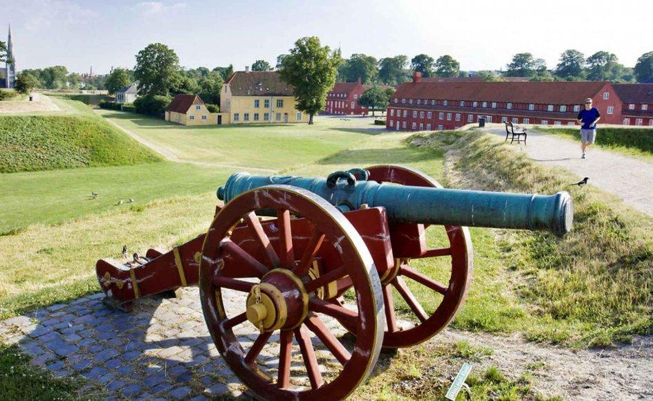 En kanon som denne ved Kastellet i København kan skyde, når trykket i udtalen ligger på anden stavelse. Men når trykket blot lægges på første stavelse, så er en kanon noget så fredeligt som en sang.