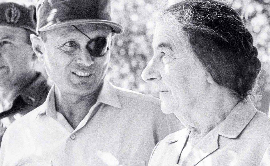 Undervejs præsenteres læseren for en lang række af de mest centrale aktører i den zionistiske verdensbevægelse som Theodor Herzl, Chaim Weizmann, David Ben-Gurion - samt Golda Meir og Moshe Dayan, som her ses sammen. -