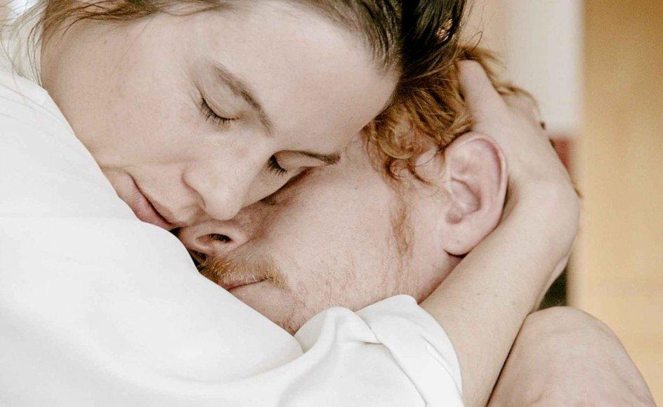 Den svenske skuespiller Lisa Carlehed er fuldkommen overbevisende, ja, gribende som den usikre, tøvende og alligevel viljefaste Maria. Og Peter Plaugborg vinder i styrke, da han knækker over fra verdensforagter til følelsesmenneske i den vanskelige rolle som Niels.