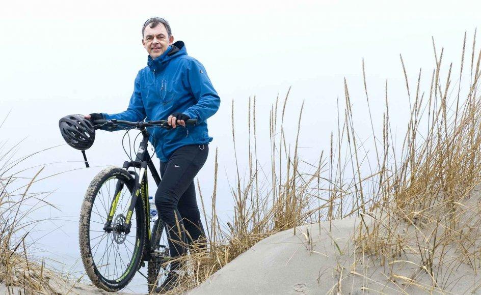 """""""Livets største glæder og fornøjelser koster ingenting, hvis vi bare er til stede,"""" siger Per H. Sparre, som her er fotograferet i Hornbæk Plantage, som er et af de steder, han gerne cykler hen. Han har sagt farvel til arbejdsmarkedet og besluttet, at han hver dag skal have en naturoplevelse og tid til at være medmenneske."""