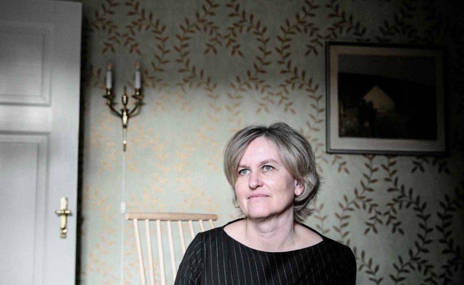 """Ida Jessens roman er den selvstændige fortsættelse til den prisbelønnede """"En ny tid"""" fra 2015, som skildrer friskolelæreren Lilly Høy og hendes på mange planer ufuldbyrdede ægteskab med en 20 år ældre landsbylæge i det tidlige 1900-tals Thyregod. –"""