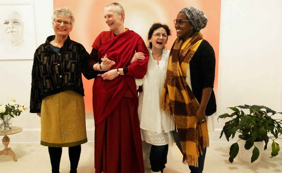 På Frederiksberg i København fortalte fire kvinder om deres tro og spirituelle rejse i forbindelse med tværreligiøs uge. Fra venstre ses: Elisabeth Lidell, Bhikshuni Tenzin Drolkar, Winnie Engel og Fatima Osborne. –