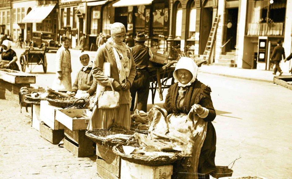 På Gammel Strand i København sad fiskerkonerne helt op til omkring 1930, som dette foto stammer fra. –