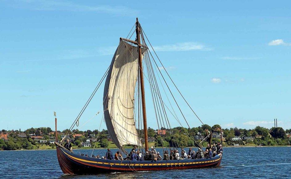 """I 800-tallet opstod nye muligheder for rejser til England om bord på et stort antal sejlskibe. Her er """"Havhingsten fra Glendalough"""", en rekonstruktion af et 30 meter langt vikingeskib fra 1042, på en sejltur i Roskilde Fjord. –"""