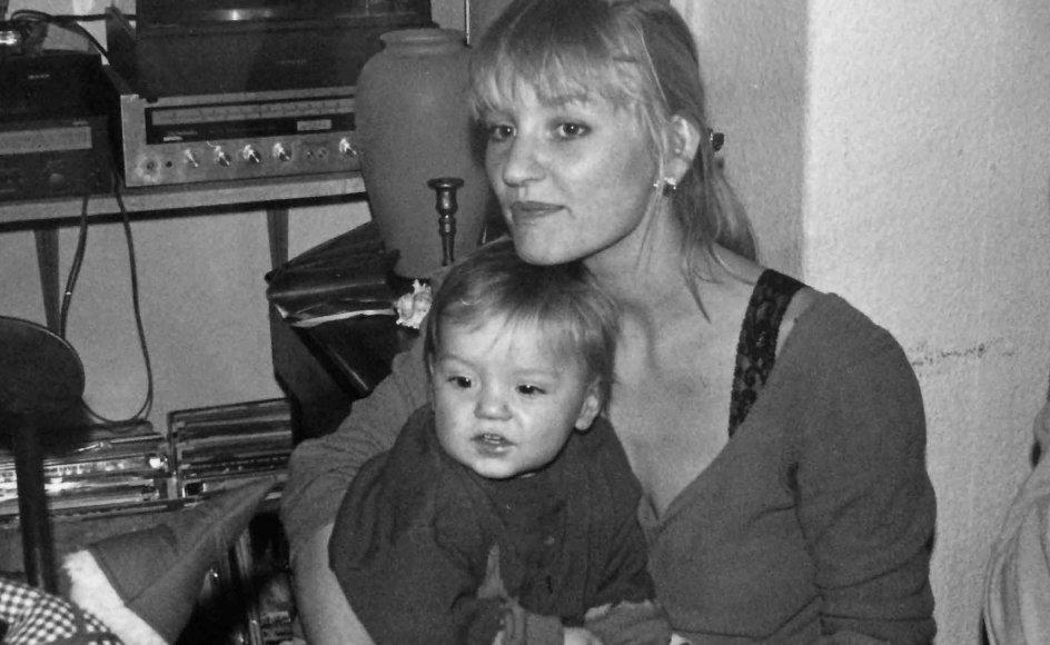 Naja Marie Aidt og Carl i 1990 i deres daværende hjem på Øster Voldgade i København (Privatfoto)