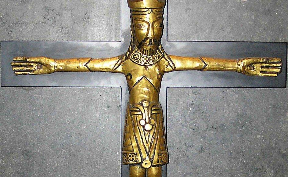 Dette gyldne krucifiks fra Åby Kirke ved Aarhus er fremstillet omkring 1050-1100. Den kronede Kristus er fyldt med sejrsvilje, og hænderne er vidtfavnende, vendt mod verden. – Arkivfoto.