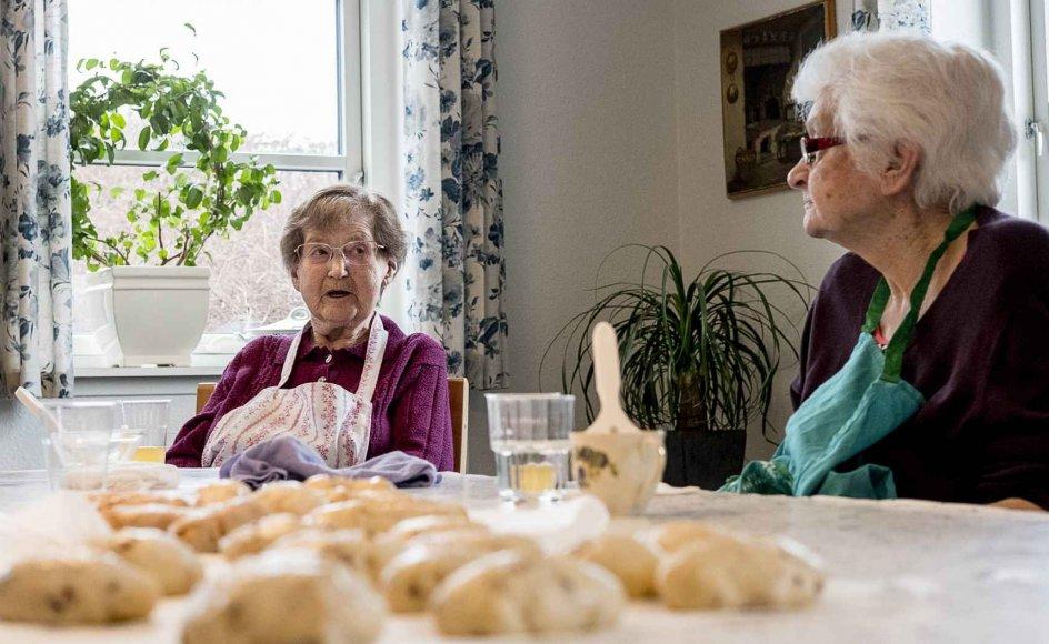 I demensbyens køkken kan beboerne blandt andet bage kager. Stimulering af sanserne er vigtig for at træne erindringen og de kognitive evner hos mennesker med demens.