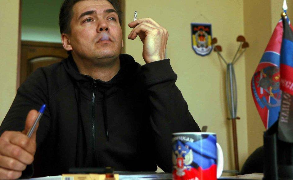 Den 43-årige finne Janus Putkonen er modstander af EU, Nato og globaliseringen. Han støtter de russiskvenlige oprørere i det østlige Ukraine og har grundlagt et nyhedsbureau i Donetsk for at formidle oprørernes og russernes syn på krigen i Ukraine. –