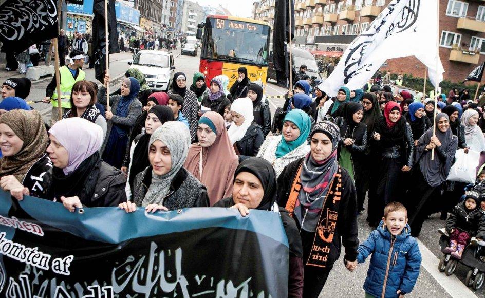 """På billedet ses en demonstration arrangeret af det islamiske parti Hizb ut-Tahrir i Danmark, hvor kvinderne havde deres egen sektion. Preben Brock Jacobsen, som har brugt de senest tre år på at undersøge, hvordan islam bliver fremstillet i medierne, mener, at """"det er vigtigt at holde fast i, at det ikke er islam, der er kvindeundertrykkende eller kvindefrigørende, men tolkninger af islam, der er det."""" –"""