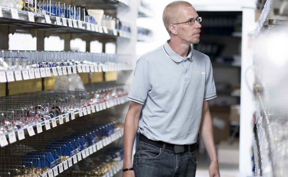 """Martin Jensen sørger for orden på lageret i VVS-engrosvirksomheden i Svendborg. """"Min chef Steffen har taget utrolig godt imod mig. Jeg har fået min selvtillid igen,"""" siger Martin Jensen. – Fotos: Emil Kastrup Andersen."""