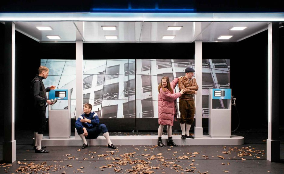 """""""De hovedløse"""" er et godt og ventet bud på ny dansk dramatik, der tør tale ind i tiden på en ikke-polemisk, enstrenget manér. – Foto: Mungo Park."""
